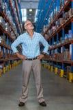 Responsabile del magazzino che sta con le mani sull'anca fotografia stock libera da diritti