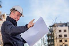 Responsabile della costruzione con i modelli fotografia stock libera da diritti