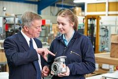 Responsabile di fabbrica And Engineering Apprentice che discute componente Fotografie Stock Libere da Diritti