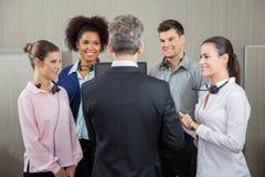 Responsabile Discussing With Employees Fotografie Stock Libere da Diritti
