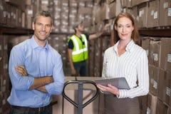 Responsabile e caporeparto del magazzino che lavorano insieme Immagine Stock