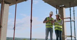 Responsabile ed ingegnere della costruzione che lavorano al cantiere stock footage