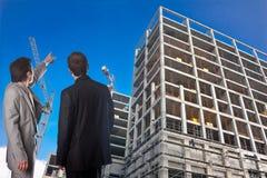Responsabile ed ingegnere della costruzione su costruzione immagini stock