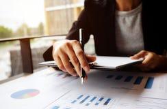Responsabile femminile che mette le sue idee e che redige business plan Immagine Stock Libera da Diritti