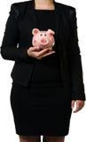 Responsabile femminile che tiene un porcellino salvadanaio Immagini Stock