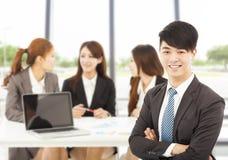 Responsabile maschio di affari con i gruppi nell'ufficio Immagini Stock