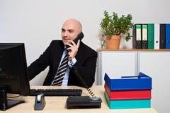 Responsabile sul telefono all'ufficio Fotografia Stock
