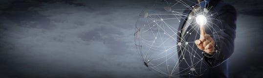 Responsabile Touching Global Network alto sopra le nuvole fotografie stock libere da diritti