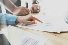 Responsabili commerciali che lavorano studio moderno Donna che mostra i grafici rapporto del mercato della mano Dipartimento di v Fotografia Stock Libera da Diritti