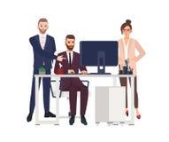 Responsabili maschii che lavorano al computer all'ufficio, facente le correzioni nel progetto, lavoratrice arrabbiata o capo che  royalty illustrazione gratis