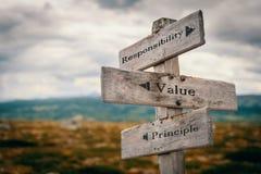 Responsabilità, valore, cartello di principio in natura immagini stock