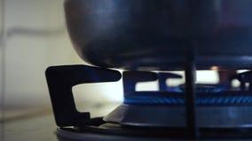 Responsabilize o fogo do fogão na cozinha video estoque