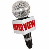 Respostas de Asking Questions Getting do repórter do microfone da entrevista Fotografia de Stock Royalty Free
