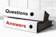 Respuestas de las preguntas de las carpetas de la oficina fotos de archivo libres de regalías