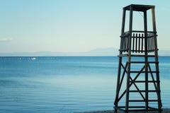 Resro, rustyc, la torre della vecchia, salvaguardia di legno sulla spiaggia contro il mare blu, oceano Posto idilliaco per la vac Fotografia Stock Libera da Diritti