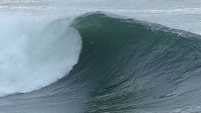 Ressac énorme interrompant la côte de la Californie clips vidéos