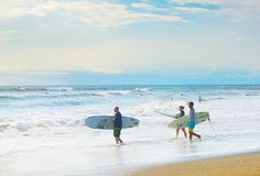 Ressac allant de surfers, île de Bali Images libres de droits
