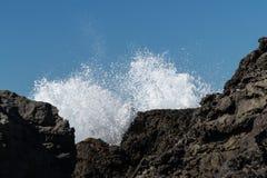 Ressac au-dessus des roches image stock