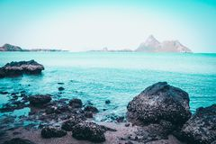 Ressac bleu sur la plage sablonneuse fond d'idée de nature ton doux bleu Mer et île de la Thaïlande de paysage Aventures et voyag images stock