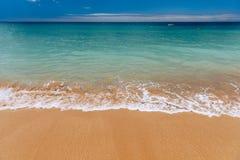 Ressac bleu sur la plage sablonneuse Vague molle d'oc?an bleu sur la plage sablonneuse Fond Vue sup?rieure de belle plage avec la photographie stock