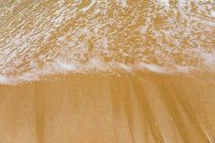 Ressac bleu sur la plage sablonneuse Vague molle d'oc?an bleu sur la plage sablonneuse Fond Vue sup?rieure de belle plage avec la photos libres de droits