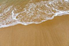 Ressac bleu sur la plage sablonneuse Vague molle d'oc?an bleu sur la plage sablonneuse Fond Vue sup?rieure de belle plage avec la photo libre de droits