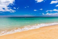 Ressac bleu sur la plage sablonneuse Vague molle d'oc?an bleu sur la plage sablonneuse Fond Vue sup?rieure de belle plage avec la image libre de droits