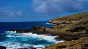 Ressac dans la côte de roche d'Hawaï image libre de droits