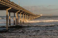 Ressac de matin au pilier de pêche de plage d'océan Image libre de droits