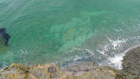 Ressac de mer avec de l'eau turquoise banque de vidéos
