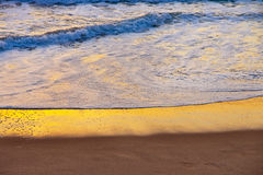 Ressac de mer de coucher du soleil images stock