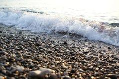Ressac de vague de mer de fond sur Pebble Beach Photographie stock