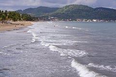 Ressac doux sur la longue plage d'océan images libres de droits