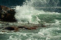 Ressac se brisant lourd sur des roches Photo stock