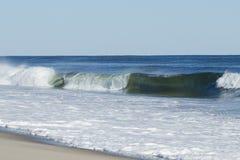 Ressac se cassant sur la plage Images stock