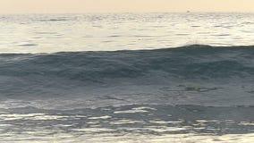 Ressac se cassant sur la plage dans le mouvement lent banque de vidéos
