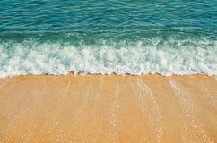 Ressac sur le bord de la mer photographie stock