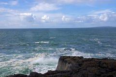 Ressaca áspera no Atlântico Norte na Irlanda Fotos de Stock