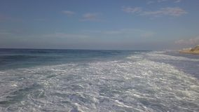 Ressaca da tempestade na costa de mar mediterrian de Israel filme