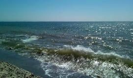 Ressaca do mar em um dia ensolarado Vista do mar da represa fotos de stock royalty free