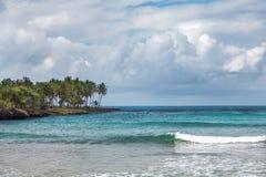 Ressaca do mar na República Dominicana Mar, costa com palmeiras e céu com nuvens de tempestade Fotos de Stock