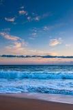 Ressaca do oceano sob o por do sol cor-de-rosa fotos de stock royalty free