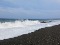 Ressaca e ondas do mar que deixam de funcionar na praia fotografia de stock royalty free