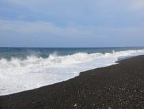 Ressaca e ondas do mar que deixam de funcionar na praia imagem de stock royalty free