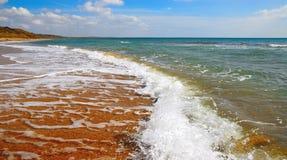 Ressaca na baía da cornalina na Crimeia Fotografia de Stock