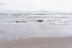 Ressaca no mar Báltico imagens de stock