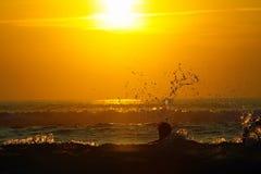 Ressaca no por do sol Fotos de Stock
