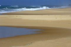 Ressaca, praia e associação maré   Foto de Stock