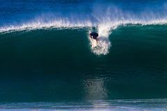 Ressaca Rider Catching Take-Off Wave Foto de Stock