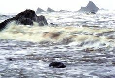 Ressaca tormentoso & Seastacks Fotografia de Stock